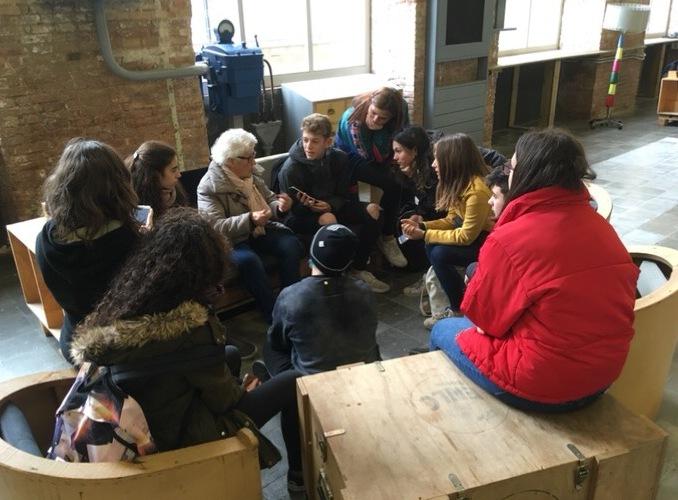 Alumnes de FEDAC Sant Andreu entrevistant antics treballadors de Can Fabra en el marc del projecte Patrimonia'm.