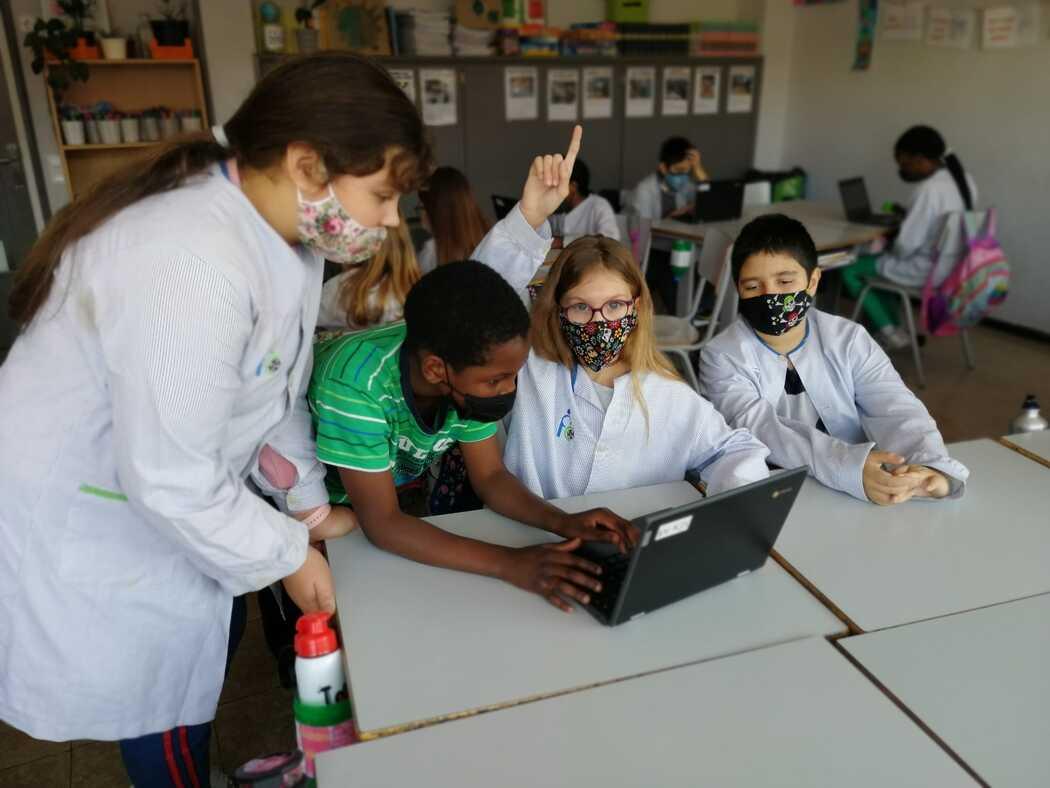 """Alumnes de l'escola FEDAC Salt treballen cooperativament en el projecte Llengües Vives tot preparant el programa de ràdio """"FEDAC Salt t'explica""""."""