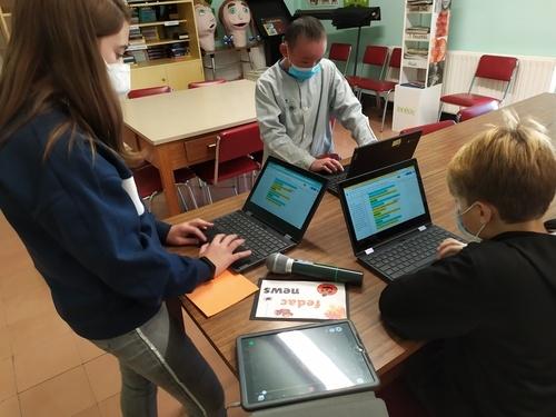 Un equip de redactors de l'escola FEDAC Guissona decideix i escriu les notícies per al butlletí audiovisuak FEDAC News.