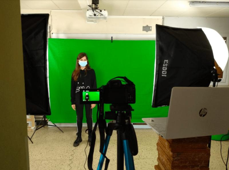 """En el marc del projecte """"Projectem el Bages i apadrinem el territori"""", alumnes de FEDAC Manresa graven vídeos en diverses llengües per a l'Any Ignasià que se celebrarà a Manresa el 2022."""