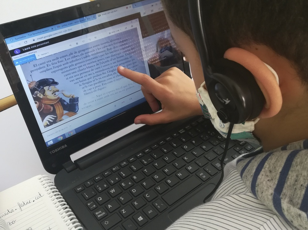 """""""Històries compartides"""" és un projecte a través del qual alumnes de 2n de primària de l'escola FEDAC Pineda comparteixen lectures i emocions amb estudiants del cicle d'educació infantil de l'Institut Joan Coromines."""