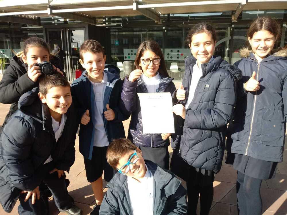 Un dels primers passos del projecte CuEmE que segueixen els alumnes de l'escola FEDAC Castellar és anar a registrar la seva cooperativa a l'Ajuntament.