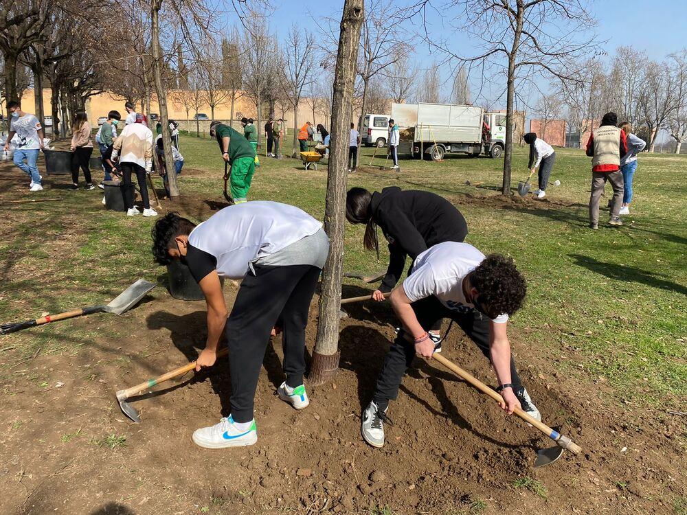 Alumnes de 4t d'ESO de l'escola FEDAC Vic treballen la metodologia de l'aprenentatge basat en projectes (ABP) al parc Era d'en Sellés de la capital d'Osona.