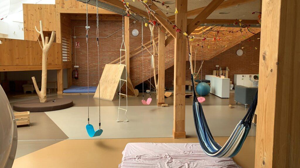 Les instal·lacions de l'escola Zumaiena Ikastetkea del País Basc reflecteix el seu projecte d'innovació educativa, centrada en la creació compartida i el creixement personal de l'alumne.