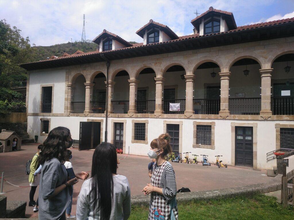 Educadors FEDAC visiten l'Arizmendi Ikastola al País Basc.