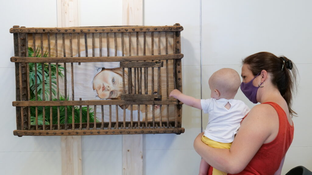 """L'obra """"Pandèmia, i ara què?"""", de Siro López, vol denunciar la situació de la infància durant el confinament. L'obra ha començat a circular per les escoles FEDAC en el marc de l'exposició """"Més ART a les escoles"""""""