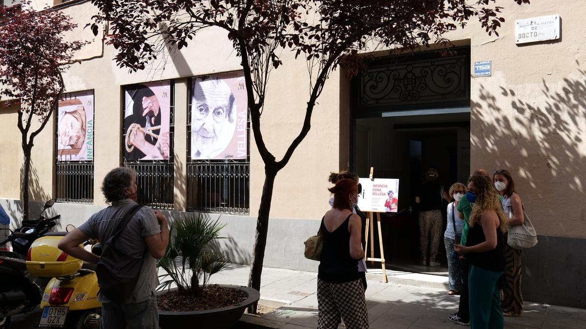 """L'exposició sobre dona, infància i vellesa de Siro López, vinculada al projecte """"Més ART a les escoles"""", impulsat per la FEDAC, es pot veure del 15 de juny al 15 de juliol al carrer del Doctor Dou 21 de Barcelona."""