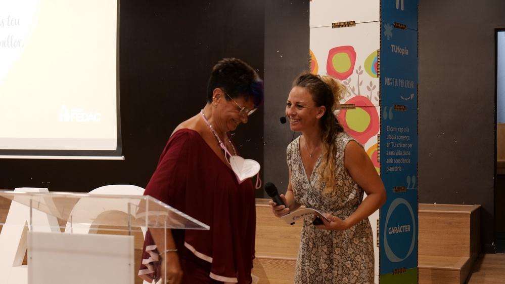 La presentadora de l'acte de comiat als educadors FEDAC jubilats, Raquel Caballero, agraeix el parlament de la docent Rosa Gómez de FEDAC Amílcar.